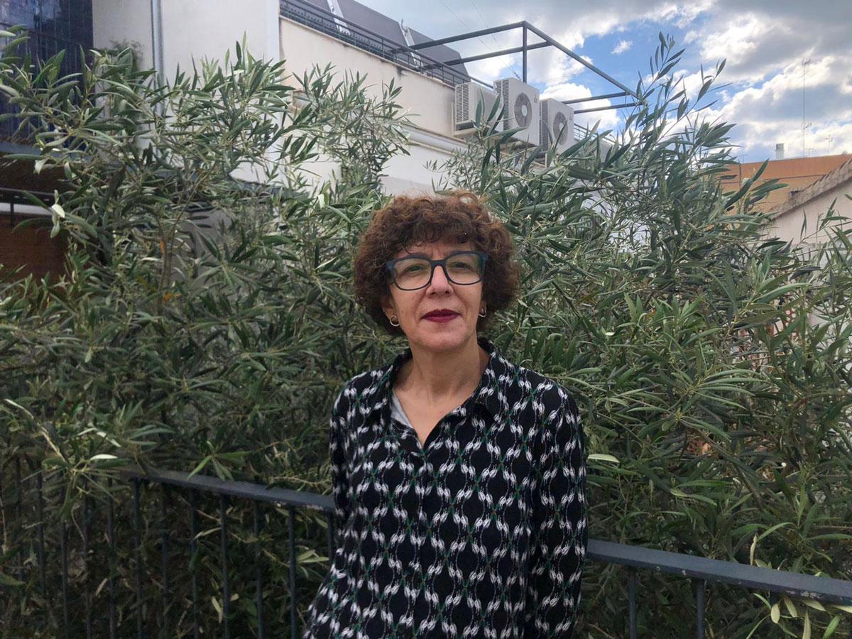 La escritora Raquel Ricart delante del olivo que tiene en casa. / Foto: Irene Ricart
